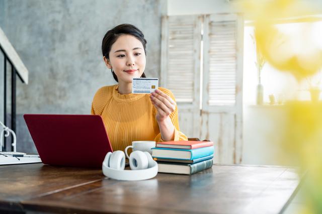 クレジットカード支払い 女性